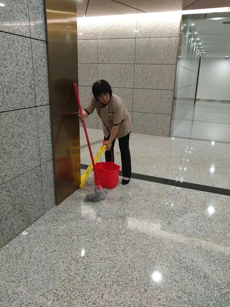 员工在保洁中-玉龙环保