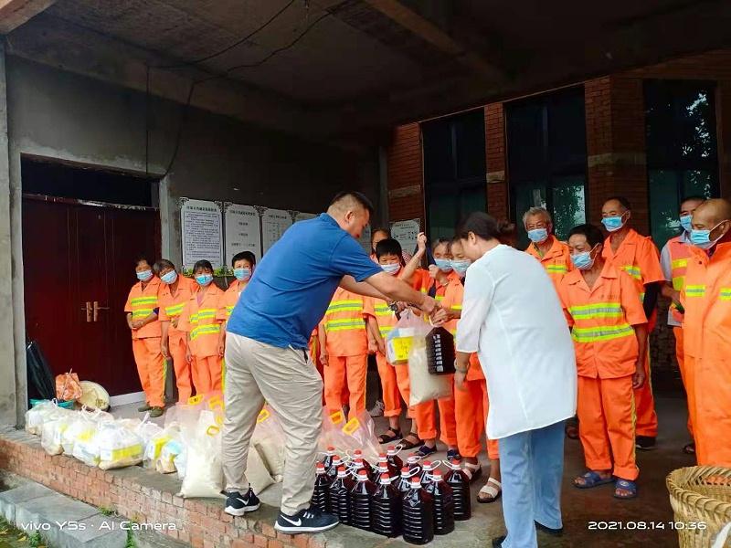 玉龙环保重庆分公司给员工送清凉发放慰问物资