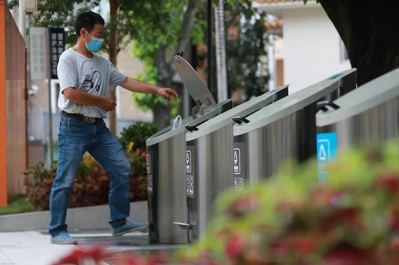 在地埋式垃圾桶上投放垃圾1-玉龙环保