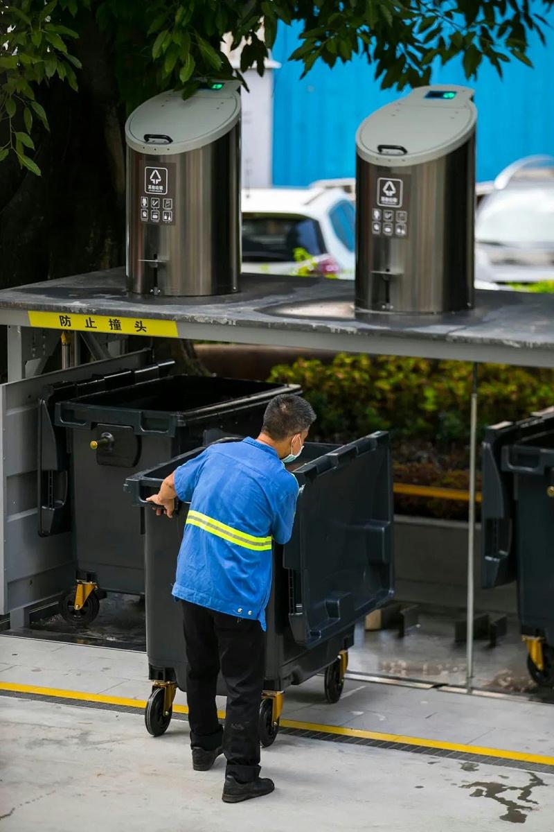 工作人员清理地埋式垃圾桶-玉龙环保 (2)